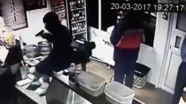 歹徒抢劫商店,战斗民族把他打走了