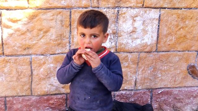 叙战六年,他收养了近百名孤儿