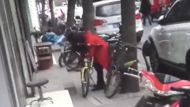 美女北京私锁共享单车,被抓:我错了