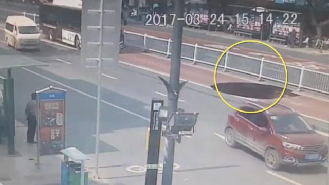监拍:南宁地铁上方路面坍塌瞬间
