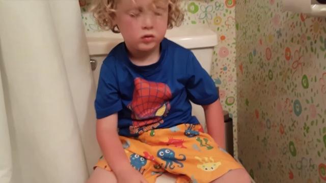 萌宝上厕所的搞笑瞬间