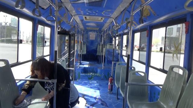 公交车内涂成海洋蓝,乘客:像在游泳