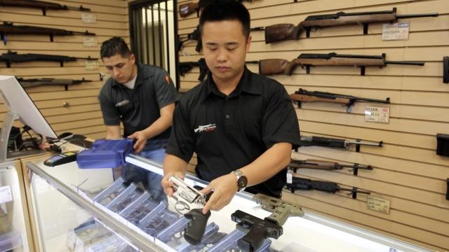 买枪华人激增,我们去美国枪店看看