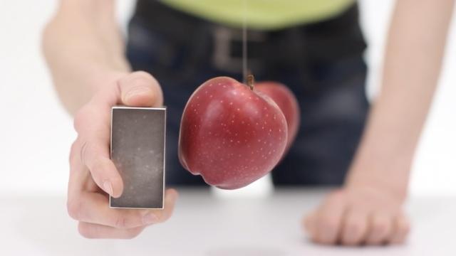 苹果也有磁场!磁铁竟然还能这么玩