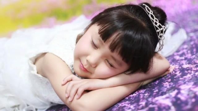 七岁女孩公主病沉迷爱丽丝梦游仙境