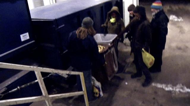 这些芬兰人专捡垃圾吃,不是因为穷