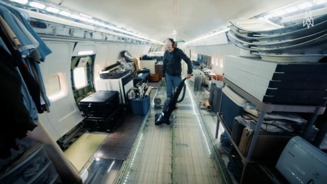 他买了一架波音727,把它变成了家