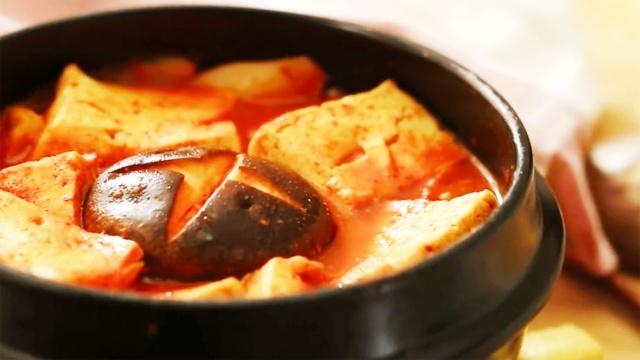 红红的辣白菜豆腐汤,一碗销魂汤!