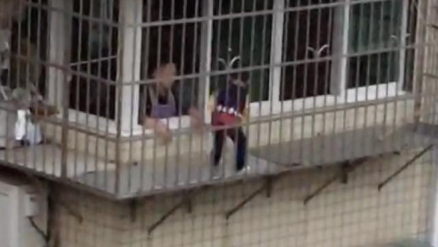 心真大!家长把孩子放5楼防盗窗踢球