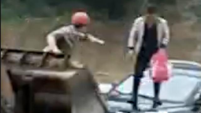 小车涉洪水被困,砖厂老板铲车救人
