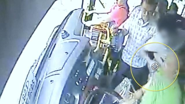 为2元钱,男子拉扯公交司机险酿大祸