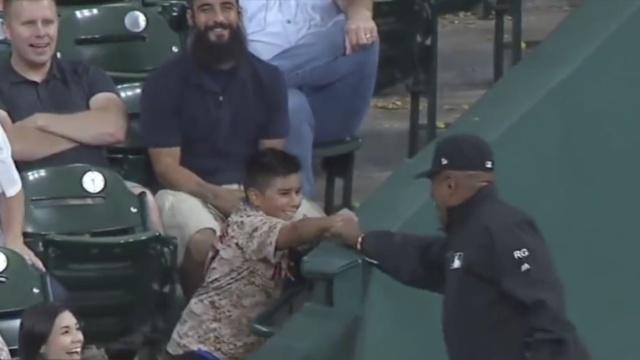 小球迷获棒球,裁判抠门抢回:逗你玩
