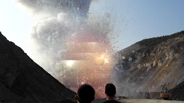 实拍:3万箱烟花爆竹销毁,耀眼震撼
