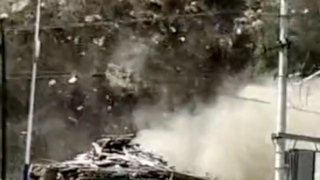 实拍:陕西突发山体滑坡,居民楼垮塌