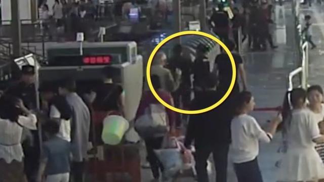 监拍:女子地铁拒过安检,推倒安检员