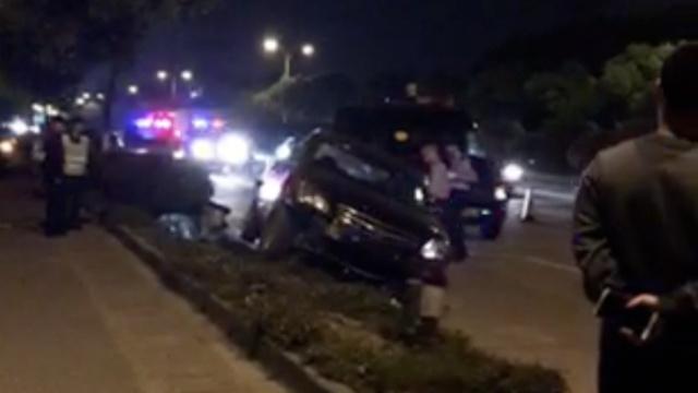 毒驾男撞车又撞民警,警察果断开枪