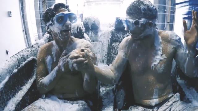 俩小哥仅穿裤衩开敞篷车进了洗车间