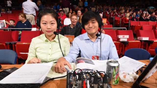 这对留学生在美国用中文解说篮球