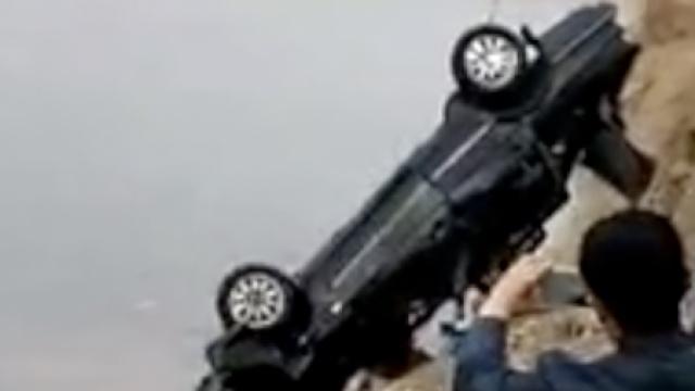 轿车莫名冲入水库,车上有一男一女