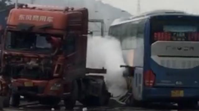 监拍:货车撞倒围墙,再怼对向客车