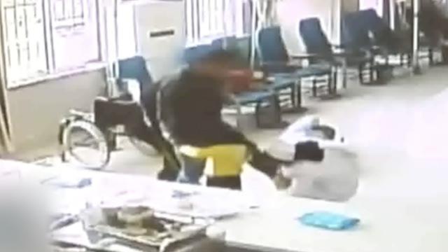 护士被踹倒地,仍不忘给孩子拔针