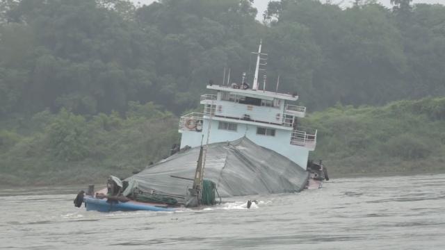 实拍:货船载千吨石粉触礁,进水倾斜