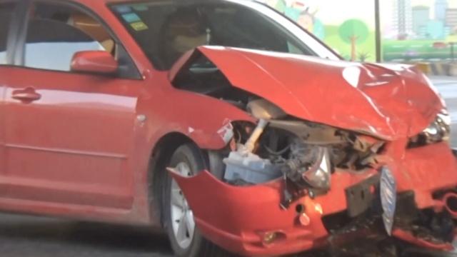 轿车撞坏出租车,男子被救裤裆湿了