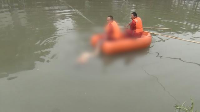 悲!男子游泳溺亡,亲人追救护车痛哭