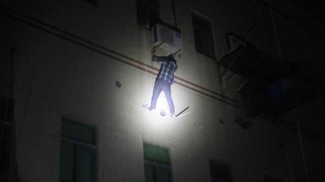 他欲逃600元足浴费,爬窗自挂3楼外