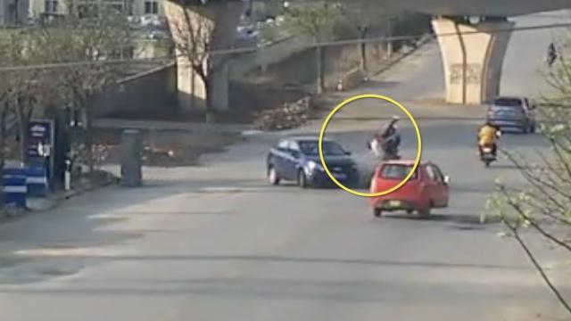 摩托逆行与转弯轿车相撞,乘客腾空