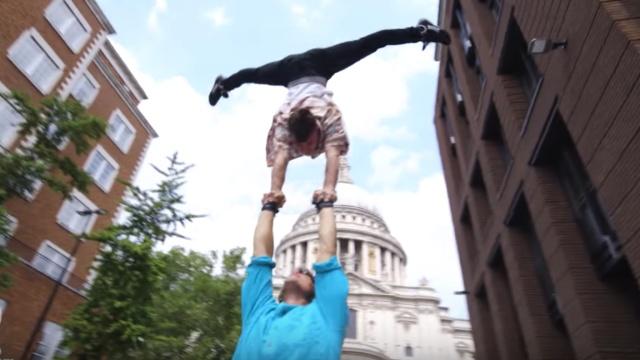 伦敦街头杂技表演,看得人心惊胆颤