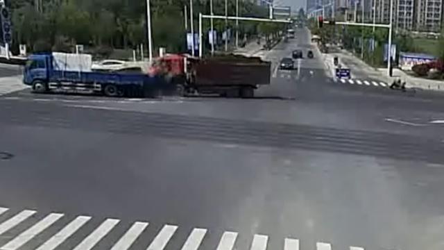 监控:渣土车闯红灯,怼上大货车