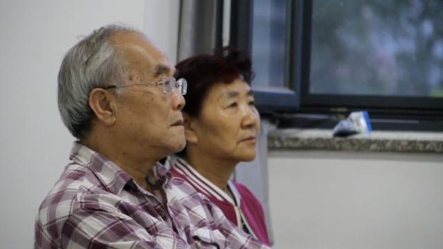 老父母千里赴京,只为听儿子一堂课