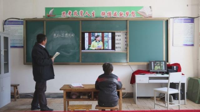 这位老教师守着一所学校里一个学生