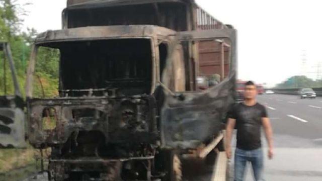 货车高速起火,轮胎烧爆,车头变骷髅