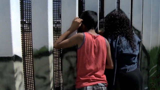 美墨边境墙短暂开放,亲人拄拐相见