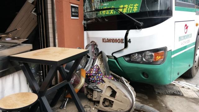 公交车撞飞电动车,一头冲进米线店