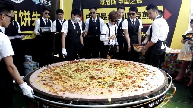 鸡蛋要几个?12帅哥摊直径2米煎饼