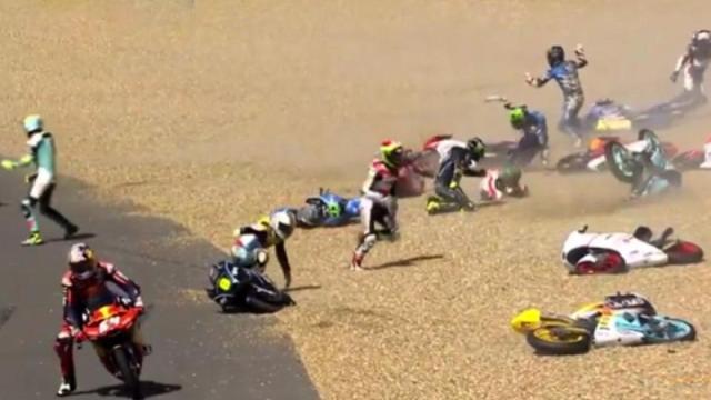 摩托车赛秒变打保龄,众车手摔一堆
