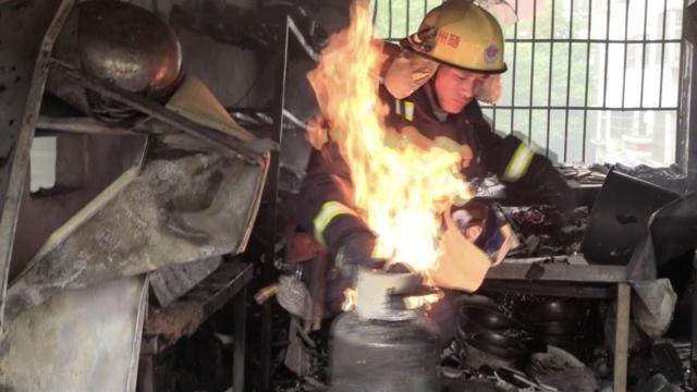 煤气罐狂吐火舌,消防徒手拎出餐馆