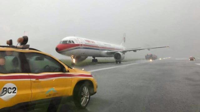 雨中降落,东航一客机冲出跑道