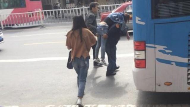 女乘客晕倒, 公交司机背上救护车