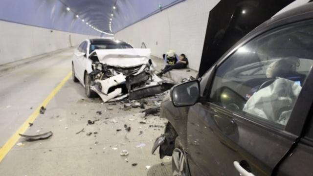 监拍:小车竟隧道内逆行,直怼来车