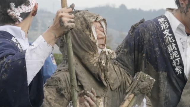 日本奇葩习俗:被泥巴打,越多越爽