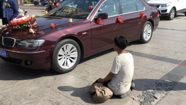 8旬翁跪婚车前讨钱:少于20不让过