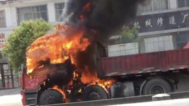 货车起火炸胎,洒水车打头阵扑救