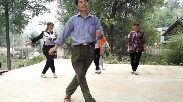大叔4招教跳广场舞,遭大妈怼:一般