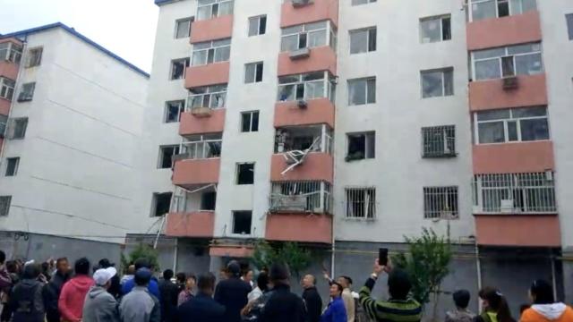 民宅爆炸,室内有红字:我爱你,再见