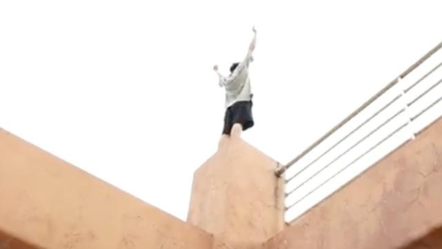 厉害!小哥哥痴迷跑酷练就飞檐走壁
