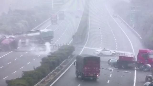监拍:货车失控连环撞,高速双向全瘫